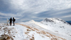 W Bieszczadach mglisto, wietrznie i mroźno. Zawieje śnieżne na szczytach gór