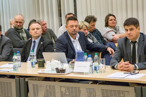 Radny Karczewski (w środku) ustępuje ze stanowiska  SK