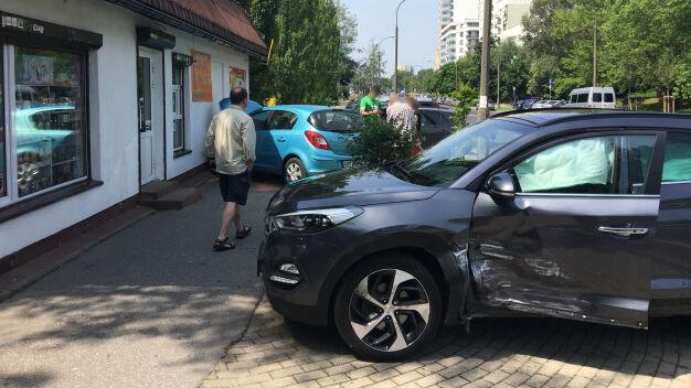 Zderzył się z innym autem, potem uderzył w sklep