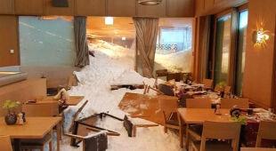 Na hotel w Szwajcarii zeszła lawina (PAP/EPA/GIAN EHRENZELLER/Armin Rusch/Reuters)